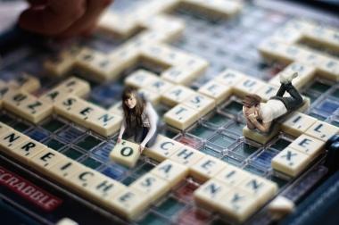 Nora und Jonas spielen Scrabble