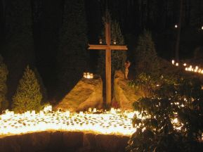 1024px-hundreds_of_candles_and_a_christian_cross_at_a_cemetery_on_christmas_eve