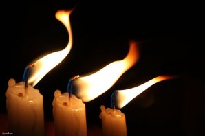 1024px-candles_flame_in_the_wind-other